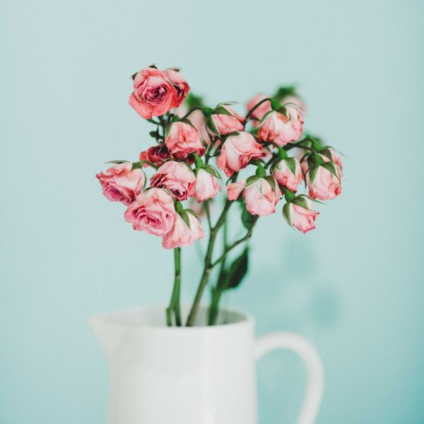 How to decorating living room with flowers?